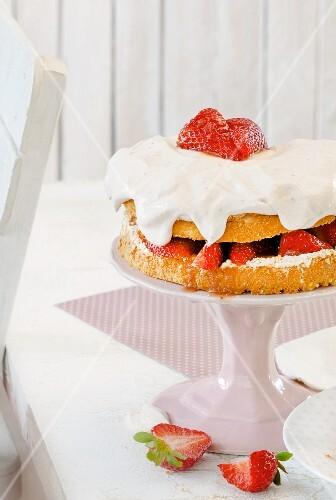 Strawberry and meringue cake with mascarpone