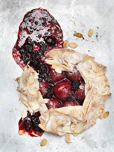 Plum pie with slivered almonds (seen from above)