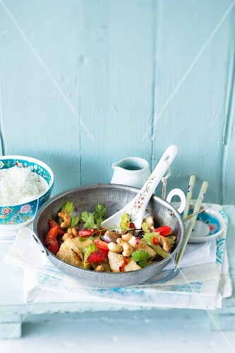 Stir-fried chicken with peppers and cashew nuts