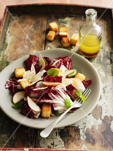 Radicchio salad with pears and croutons
