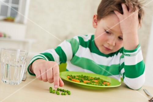 Kleiner Junge will nicht Erbsen und Karotten essen
