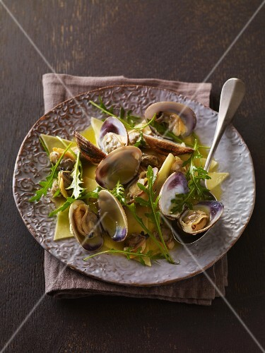 Pasta with clams and rocket