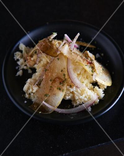 Rice salad with onions and potato crisps