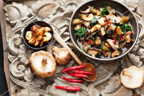 Mushroom salad with aubergines and cashew nuts (Thailand)