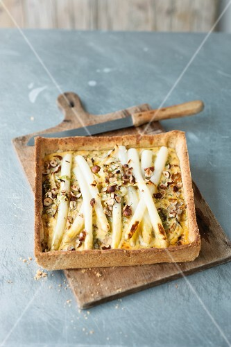 Asparagus quiche with hazelnuts