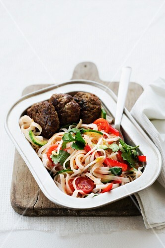 Rice noodle salad with meatballs