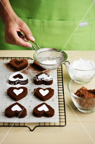 Heart-shaped chocolate cakes with icing sugar