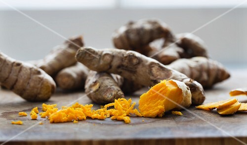 Fresh turmeric roots, partially grated