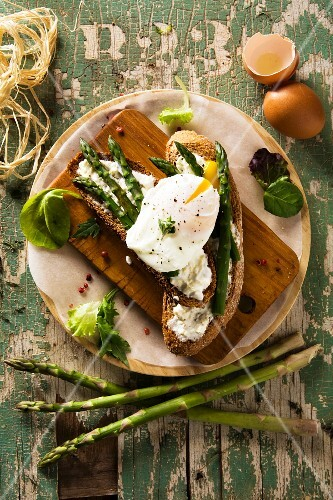 Bruschette con l'uovo in camicia (grilled bread with poached egg, Italy)