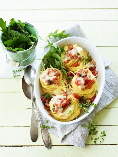 Crispy spaghetti nests with bacon and rocket