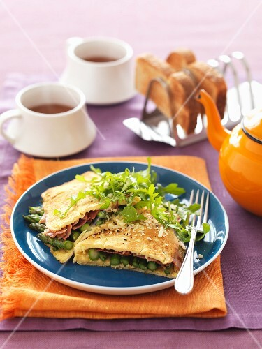 Omelette filled with green asparagus and ham