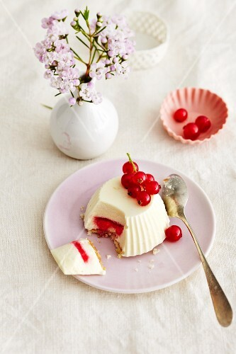 A creamy tartlet with wine and redcurrants