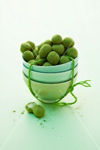 Green tea pralines: white chocolate balls covered in green tea powder