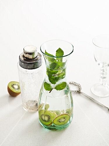 Kiwi-Mint-Julep in a glass carafe