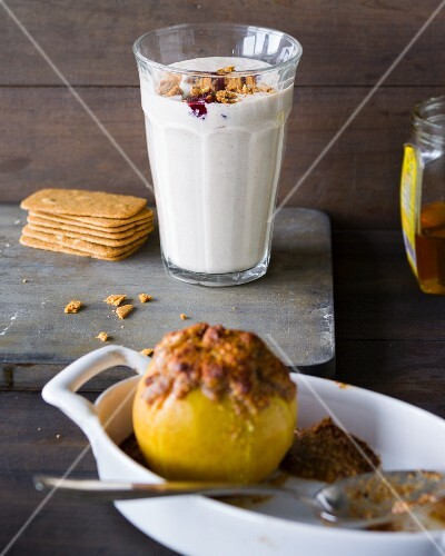 A baked apple smoothie with quark, rum and nuts