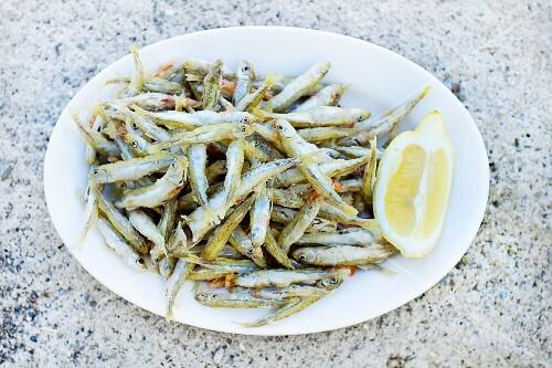 Fried sardines with lemon