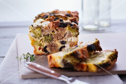 Feta cake with broccoli, black olives and wholemeal bread
