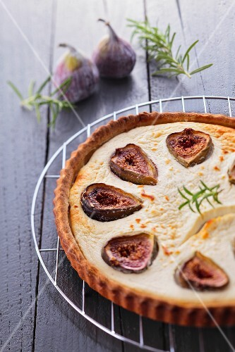 Tart with goat cheese and figs