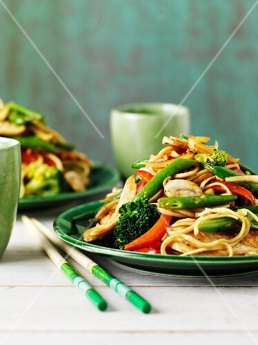 Fried noodles with chicken and vegetables (Asia)