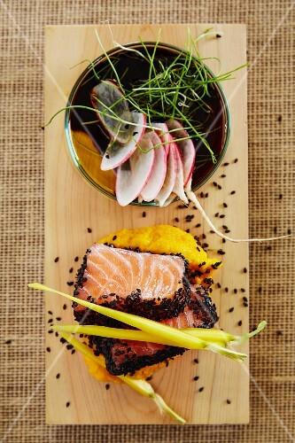 Salmon sashimi with black sesame seeds, mashed potatoes and radishes