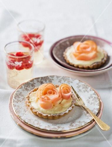 Lemon tartlets with apple roses