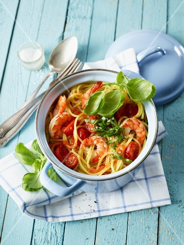 Spaghetti marinara with prawns and tomatoes