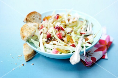 White cabbage salad with apple and a lemon dressing