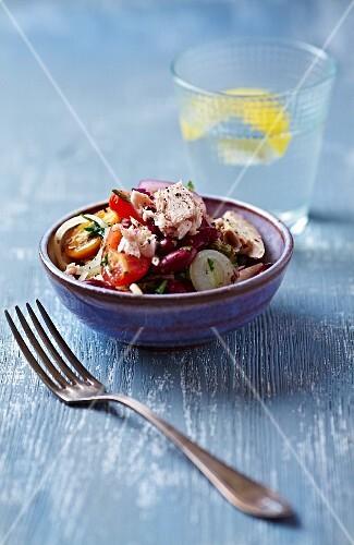 Tuna fish salad with kidney beans, tomatoes and leek