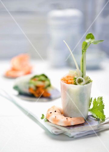 Rice paper rolls filled with prawns (Asia)