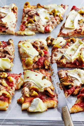 Tray bake pizza with tuna, mussels and Camembert