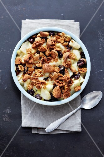 Pear gratin with Amaretti and dried cherries