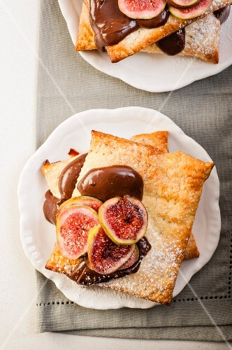 Puff pastry slices with figs and chocolate cream