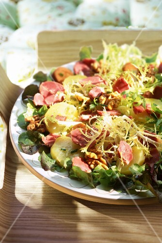 Curly endive salad with potatoes and goose stomach