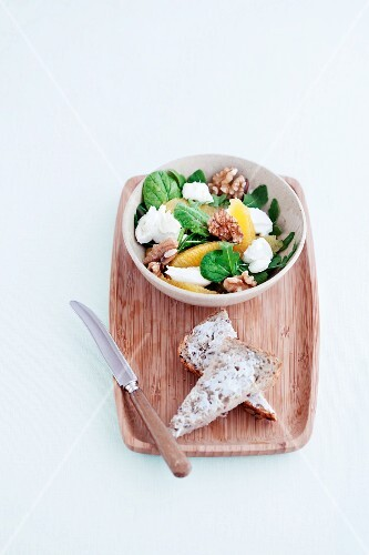 Spinach salad with oranges, goat's cheese and walnuts