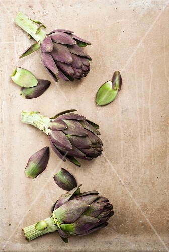 Whole artichokes and individual leaves