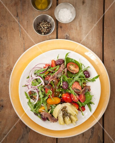 Rocket salad with tomatoes, onions and anchovies
