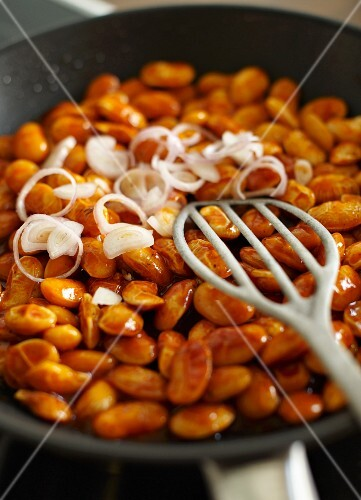 Baked beans with onions as part of an English breakfast