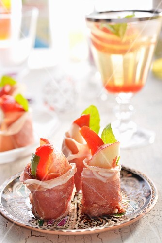 Ham rolls filled with peaches and basil