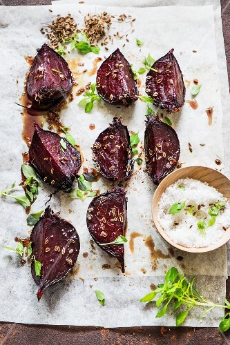 Roast beetroot with herbs, spices and salt
