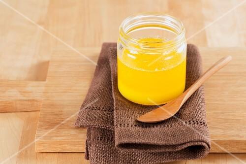 Selbstgemachtes Ghee (Butterschmalz) im Schraubglas