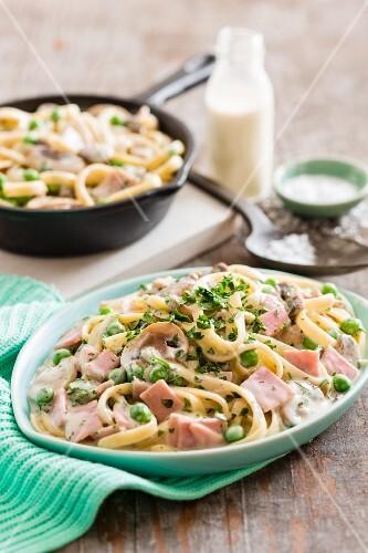 Tagliatelle with ham, peas and mushrooms