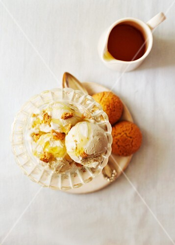 Vanilla ice cream with honey and almond biscuits