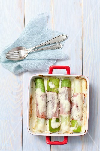 Gratinated leek wrapped in ham with sour cream