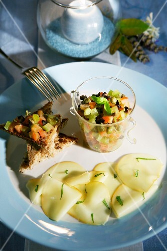 Vegetable salad with scamorza and bread