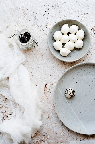 Mozzarella balls with sesame seeds