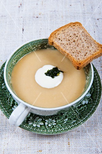 Cream of courgette soup with a slice of bread