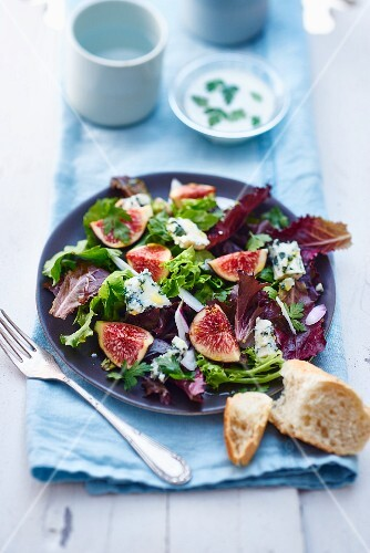 Mixed leaf salad with figs and blue cheese