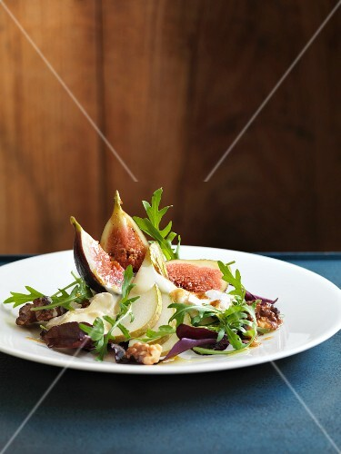 Rocket salad with pears, figs and Vacherin cheese