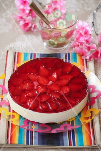 Cheesecake with strawberries and jelly