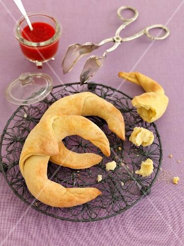 Quark croissants on a metal trivet